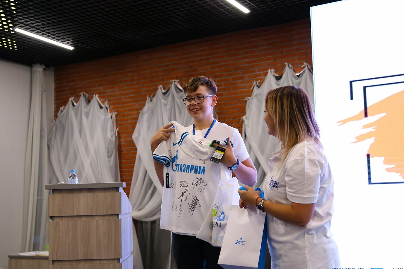 Вручение главного приза фестиваля - комплекта футбольной формы «Зенит»